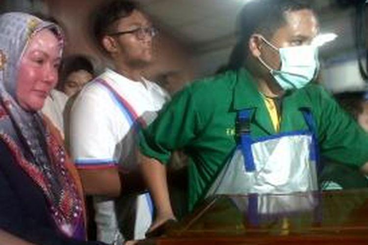 Ratu Atut mendampingi jenazah sang suami Hikmat Tomet saat keluar dari kamar jenazah unit forensik RSPAD Jakarta, Sabtu (9/10/2013).Kompas.com/Ummi Hadyah Saleh