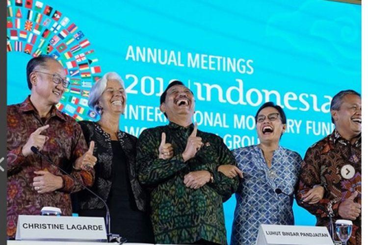 Presiden Bank Dunia Jim Yong Kim (kiri), Direktur Pelaksana IMF Christine Lagarde (kedua kiri), Ketua Panitia IMF-Bank Dunia 2018 Luhut Binsar Pandjaitan (tengah), Menteri Keuangan Sri Mulyani (kedua kanan), dan Gubernur Bank Indonesia Perry Warjiyo dalam penutupan IMF Nusa Dua Bali, Minggu (14/10/2018).
