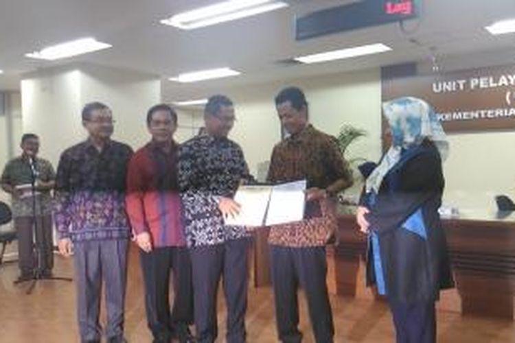 Kusrin saat menerima sertifikat SNI di Jakarta (19/1/2016)
