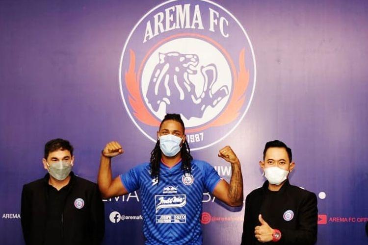 Pemain asing Arema FC Carlos Fortes (tengah) didampingi pelatih Eduardo Almeida (kiri) dan presiden klub Gilang Widya Pramana (kanan) saat perkenalan pemain secara live instagram, Senin (12/7/2021) siang.
