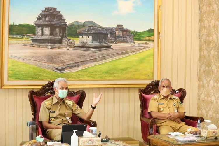 Gubernur Jateng Ganjar Pranowo memimpin rapat penanggulangan Covid-19 di rumah dinas Bupati Banjarnegara, Senin (6/9/2021).