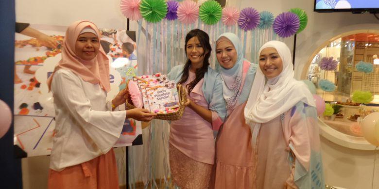 Danesya Mayra Juzar, Dyah Ayu Amallia dan Irna Nurul Fatimah, penulis buku #Buku Mama Bisa: Bikin Playdate Sendiri yang juga penulis pada blog @productivemamas dalam konferensi pers peluncuran bukunya di Pacific Place Mall, Jakarta, Selasa (13/11/2018).