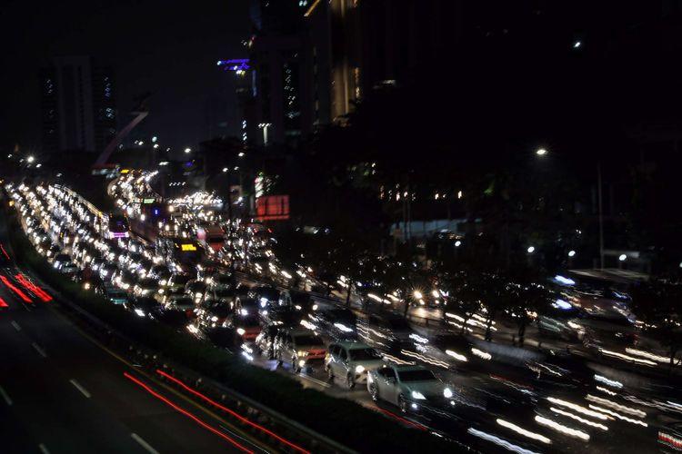 Suasana kendaraan terjebak macet di Jl. Gatot Subroto dan Tol Cawang-Grogol di Jakarta Selatan, Senin (8/6/2020). Pada hari pertama  orang masuk kantoran dan penerapan Pembatasan Sosial Berskala Besar (PSBB) transisi, lalu lintas di sejumlah jalan di DKI Jakarta terpantau padat hingga terjadi kemacetan.