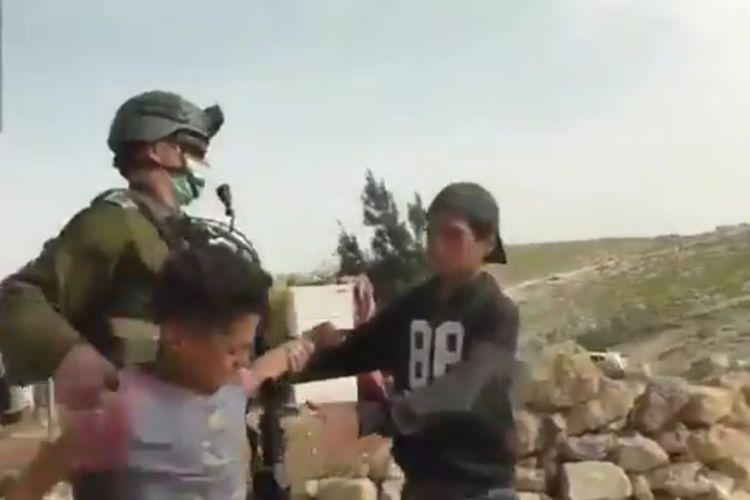 Anak-anak Palestina ditangkap pasukan militer Israel di pemukiman ilegal Yahudi di Tepi Barat. [@banabyad/Twitter]