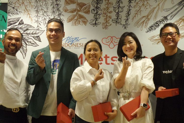 Konferensi pers charity dinner East Meets West untuk turut membantu membangun kembali sekolah-sekolah di Sumba, Nusa Tenggara Timur (NTT) bersama Happy Hearts Indonesia.