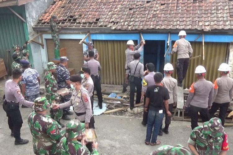 Petugas gabungan dari unsur TNI dan Polri saat mengevakuasi puing rumah warga yang rusak akibat gempa bumi di Kampung Nangerang, Desa Pulosari, Kecamatan Kalapanunggal, Kabupaten Sukabumi, Jawa Barat, Rabu (11/3/2020).