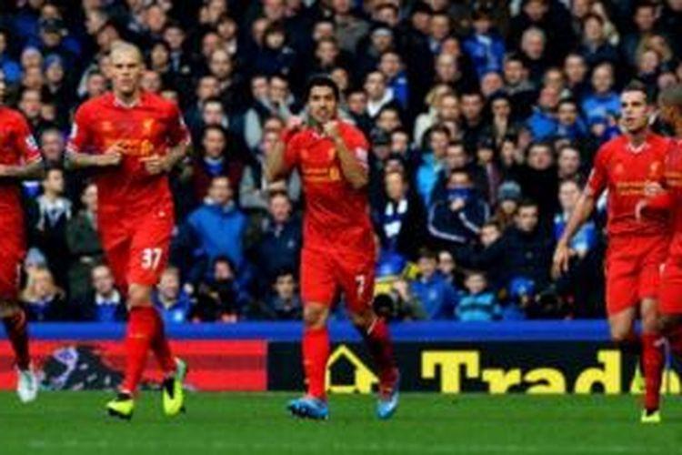 Striker Liverpool, Luis Suarez (tengah), merayakan gol ke gawang Everton pada laga di Stadion Goodison Park, Liverpool, Sabtu (23/11/2013).
