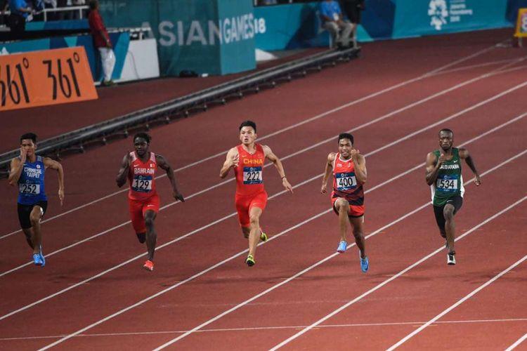 Pelari Indonesia Lalu Muhammad Zohri (no.400) beradu kecepatan dengan pelari lainnya saat babak semifinal Lari 100 meter Putra Asian Games ke-18 Tahun 2018 di Stadion Utama Gelora Bung Karno Senayan, Jakarta Pusat, Minggu (26/8/2018). Lalu Muhammad Zohri finish di peringkat 2 dan melanjutkan pertandingan berikutnya untuk perebutan medali emas.