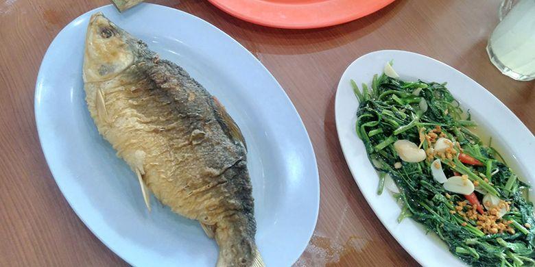 Tak hanya ikan bandeng goreng, namun di Rumah Makan Pak Elan II di Gresik ini juga menyediakan menu lain dari olahan bandeng, seperti otak-otak bandeng.