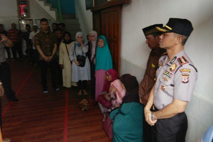 Kapolrestabes Bandung Kombes Pol Hendro Pandowo saat melayat ke tempat persemayaman Agus Maulana, korban penembakan oleh anggota polisi di kawasan Jalan Moch Toha, Minggu (1/10/2017)