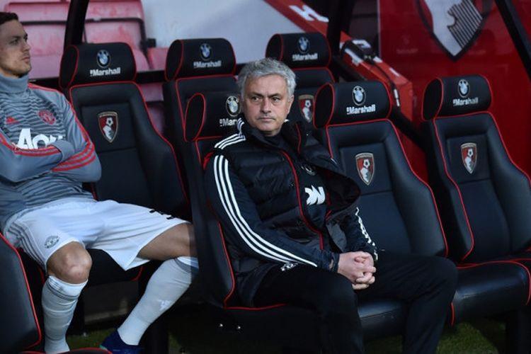 Pelatih Manchester United, Jose Mourinho (kanan), dan sang gelandang, Nemanja Matic, menanti dimulainya laga Liga Inggris kontra Bournemouth di Stadion Vitality, Bournemouth pada 18 April 2018.