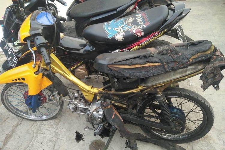 Barang bukti sepeda motor yang dibakar pemiliknya saat diberhentikan polisi, Sabtu (14/09/2019) petang kini diamankan di halaman Polsek Ciranjang, Cianjur, Jawa Barat.