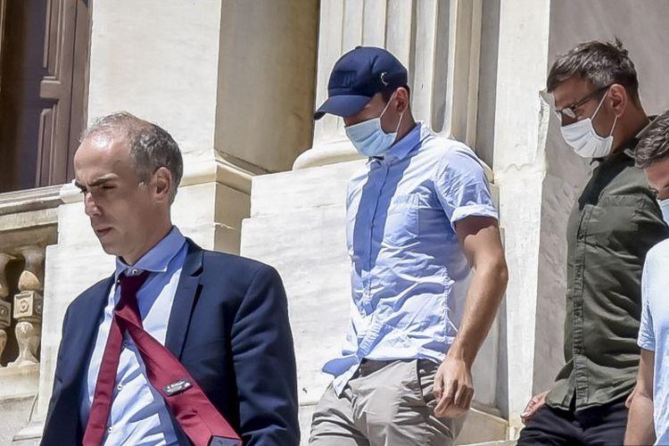 Kapten Manchester United, Harry Maguire, keluar dari gedung pengadilan di Pulau Spyros, Yunani, setelah ia ditangkap karena tuduhan menyerang polisi di Mykonos, Yunani, pada Kamis (20/8/2020) malam waktu setempat.