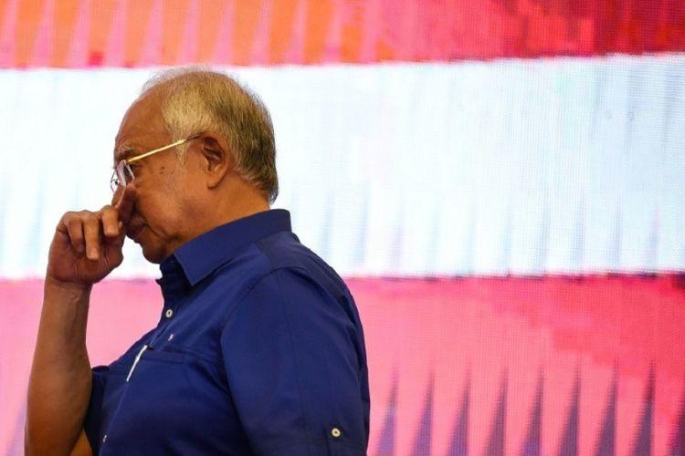 Mantan Perdana Menteri Malaysia Najib Razak meninggalkan panggung setelah menyampaikan pidato menanggapi hasil pemilihan umum Malaysia