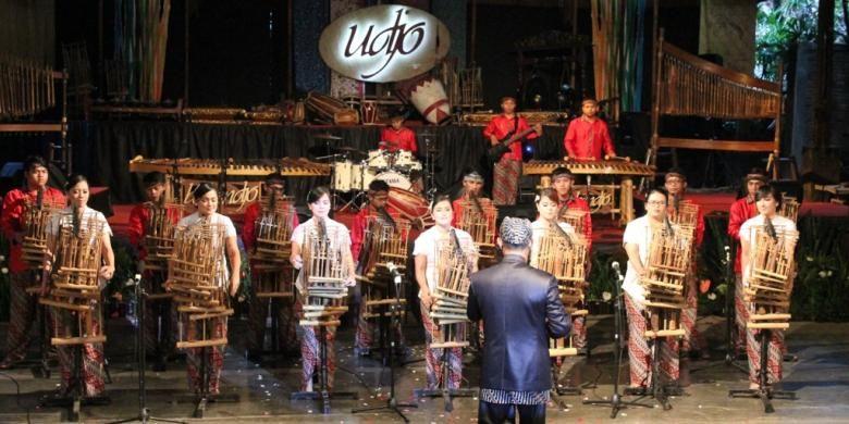 Para murid Saung Angklung Udjo memainkan lagu Bohemian   Rhapsody dari Queen yang sejatinya sulit dimainkan dengan angklung.