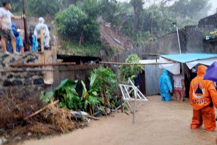 Hujan deras yang memicu tanah longsor terjadi di Kelurahan Perkamil, Kecamatan Paal Dua, Manado, Sulawesi Utara. Longsor di wilayah itu merenggut tiga korban jiwa, Sabtu (16/1/2020).