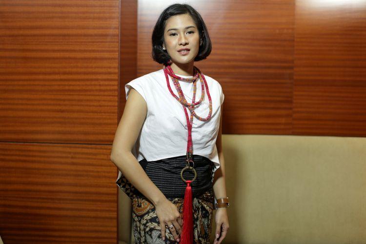 Pemeran tokoh Kartini, Dian Sastrowardoyo berpose usai wawancara eksklusif Kompas.com seputar film Kartini di Jakarta, Jumat (7/4/2017). Film garapan sutradara Hanung Bramantyo mengisahkan perjuangan RA Kartini akan tayang di bioskop mulai 19 April 2017.