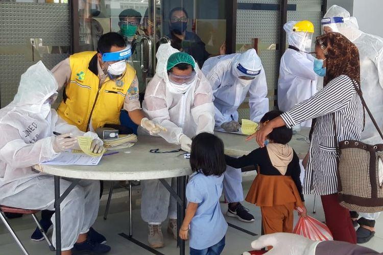Tenaga kesehatan di pelabuhan Tunon Taka Nunukan saat melakukan skrening kepada ratusan deportan dari Malaysia