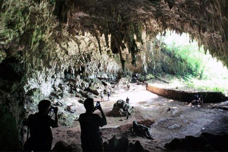 Goa Liang Bua dikenal sebagai lokasi penemuan fosil makhluk mirip manusia yang disebut Homo Floresiensis alias hobbit.