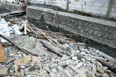 Rumah yang Berdiri di Aliran Kali Gubuk Genteng Dibongkar