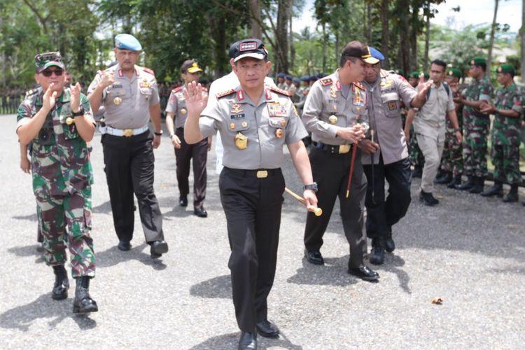 Kapolri Jenderal Pol Tito Karnavian saat mengunjungi Polda Papua untuk memberi pengarahan kepada personel Polri-TNI, Minggu (1/4/2018).