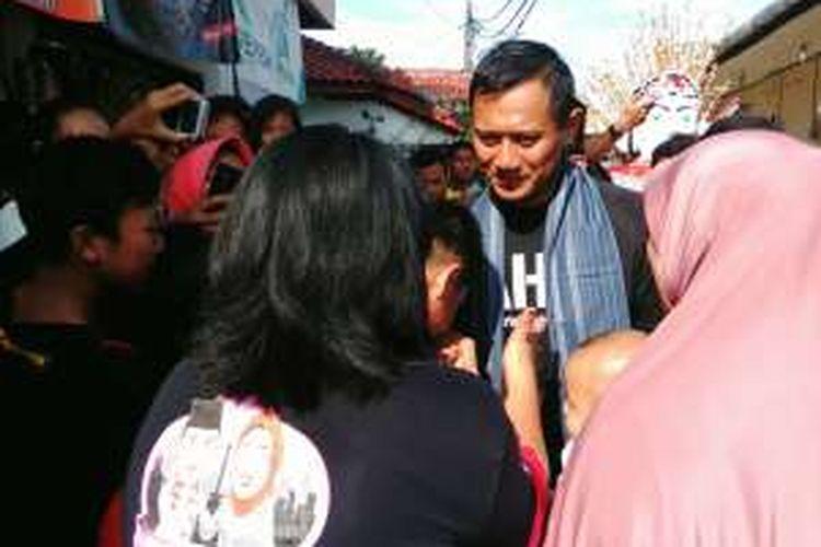 Calon gubernur DKI Jakarta Agus Harimurti Yudhoyono saat berkampanye di kawasan RW 02 Meruya, Kembangan, Jakarta Selatan, Minggu (8/1/2017).