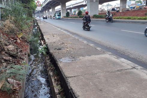 Saat Hujan, Genangan Kerap Bikin Macet Lalu Lintas di Jalan Inspeksi Saluran Kalimalang