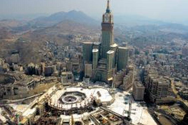 Abraj Al Bait merupakan kompleks bangunan milik Pemerintah Arab Saudi dan dikembangkan oleh perusahaan konstruksi terbesar Kerajaan, yakni Saudi Binladin Group.