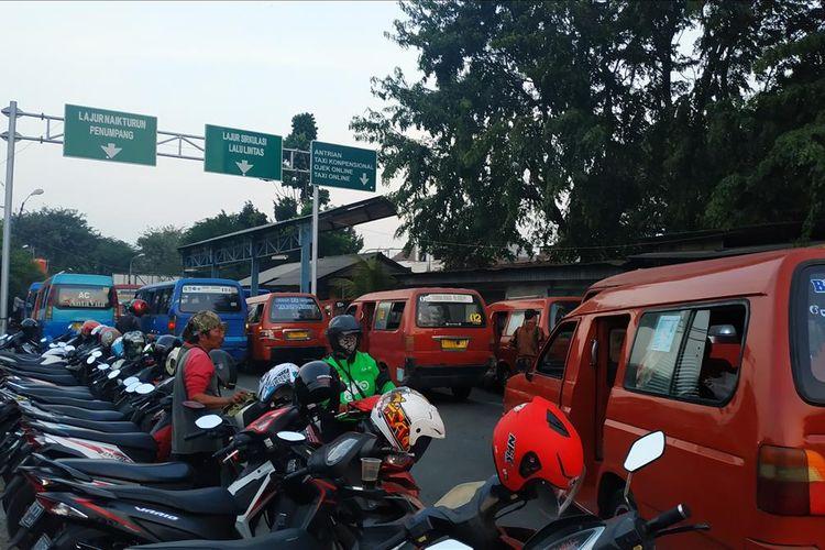 Kondisi lay bay Stasiun Bekasi yang juga ditempati sejumlah angkot dan bis kecil.