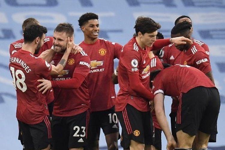 Luke Shaw (dua dari kiri) ketika merayakan gol bersama rekan satu timnya pada laga pekan ke-28 Liga Inggris yang mempertemukan Man City vs Man United di Stadion Etihad, Minggu (7/3/2021) malam WIB.