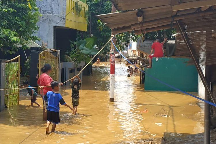 Kontur jalan yang semakin rendah dari arah Jalan Masjid Al-Makmur, Pejaten Timur, Jakarta Selatam membuat ketinggian banjir semakin dalam mendekati bantaran Sungai Ciliwung, Jumat (26/4/2019).