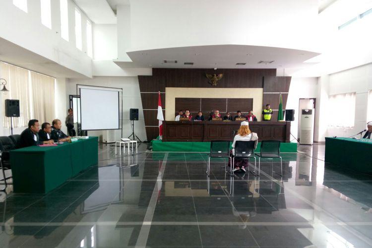 Bahar Bin Smith tengah duduk di kursi pesakitan di Gedung Perpustakaan dan Arsip Kota Bandung.