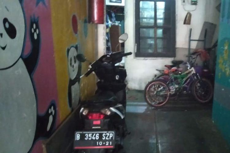 Kediaman Edi Hartono (41) di kawasan Tebet, Jakarta Selatan. Edi yang merupakan penjual sepatu keliling ini kaget bukan main saat disebutkan polisi dirinya punya tiga mobil mewah. Ada orang yang diduga mencatut namanya.