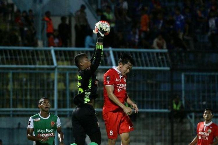 Kiper PS TNI, Teguh Amiruddin, berhasil menangkap bola pada pertandingan lanjutan penyisihan Grup B Piala Presiden 2017 melawan Persija Jakarta di Stadion Kanjuruhan, Malang, Minggu (5/2/2017).