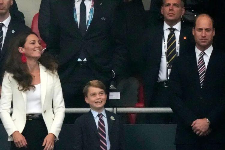 Kate Middleton, Pangeran George, Pangeran William (paling kiri ke kanan) saat menyaksikan final Euro 2020 antara Italia vs Inggris di Stadion Wembley, London, Inggris, Minggu (11/7/2021) waktu setempat.