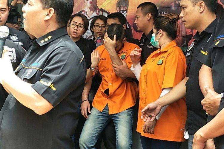 Muhammad, kekasih Dhawiya Zaida, nyaris tumbang saat pengungkapan kasus dugaan penyalahgunaan narkotika yang menjeratnya di Polda Metro Jaya, Jakarta Selatan, Sabtu (17/2/2018).