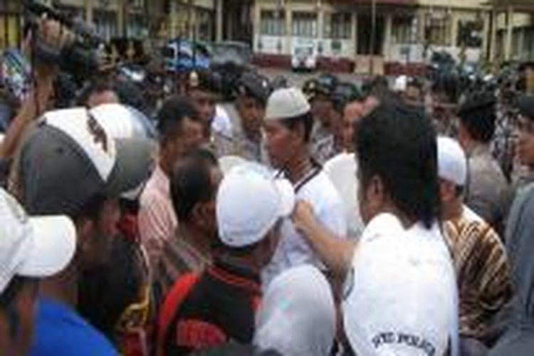 Puluhan keluarga korban penculikan, seorang warga bernama Ibrahim Latuconsina berunjuk rasa di Kantor Polda Maluku, Senin (11/11/2013) mendesak polisisegera menangkap para pelaku penculikan ibrahim. demo juga dilakukan di Kantor DPRD Kota Ambon dan Kantor Wali Kota Ambon