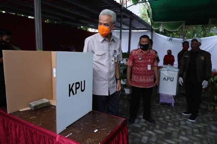 Gubernur Jawa Tengah Ganjar Pranowo saat meninjau lokasi TPS di Semarang sebelum Pilwakot 2020