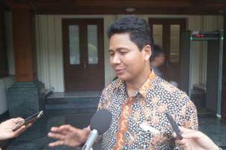 Ketua Komnas HAM Imdadun Rahmat saat memberikan keterangan usai mengikuti rapat koordinasi penegakan HAM Papua di kantor Kemenko Polhukam, Rabu (18/5/2016).
