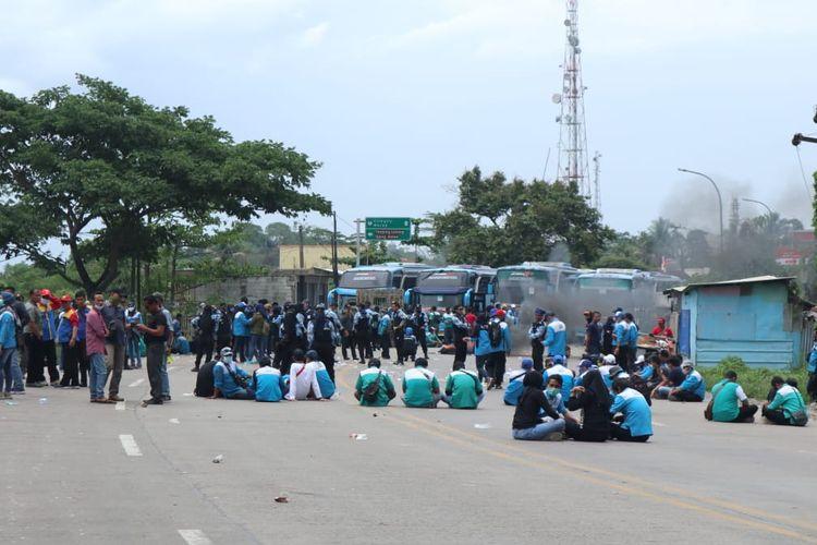 Masa buruh tertahan di pertigaan Asem, Cikande, Kabupaten Serang, Banten