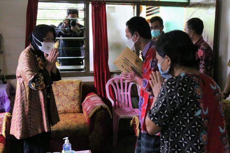 Menteri Sosial Tri Rismaharini menyerahkan bantuan kepada keluarga korban ledakan bom di depan Gereja Katedral, Makassar, Sulawesi Selatan, Selasa (20/4/2021).