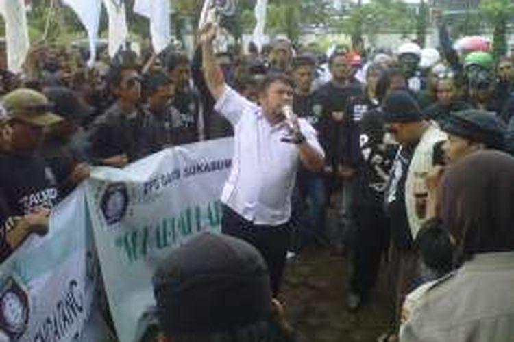 Seorang demonstran berorasi di Kantor Imigrasi, Sukabumi, Jawa Barat, Senin (16/1/2017).
