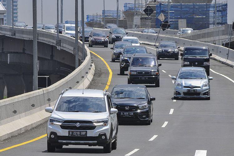 Sejumlah kendaraan melintas di tol layang Jakarta-Cikampek II, Bekasi Jawa Barat, Minggu (1/11/2020). Pada arus balik libur cuti bersama dan Maulid Nabi Muhammad SAW, lalu lintas di tol Jakarta-Cikampek terpantau ramai lancar.