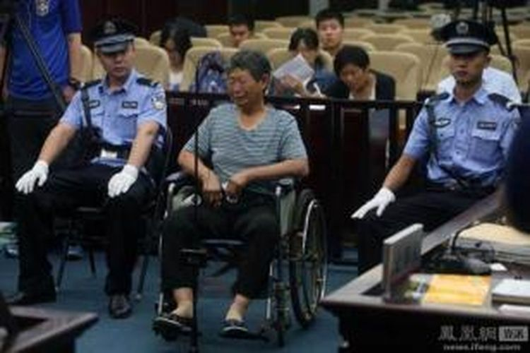 Cui (63) berurai air mata saat menjelaskan kepada hakim alasan dia membunuh sang suami yang sudah 15 tahun lumpuh.
