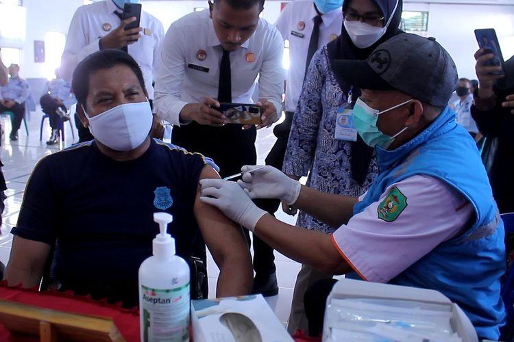 Vaksin perdana bagi pegawai Lapas kelas IIA Kota Palopo, Sulawesi Selatan mulai dilaksanakan hari ini, sebanyak 80 pegawai akan menjalani vaksinasi, Kamis (04/03/2021)