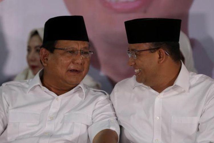 Ketua Umum Partai Gerindra, Prabowo Subianto (kiri), Calon gubernur DKI Jakarta nomor urut 3, Anies Baswedan memberikan keterangan pers di Kantor DPP Partai Gerindra, Jakarta Selatan, Rabu (15/2/2017). Anies Baswedan mengucapkan terima kasih kepada warga Jakarta yang telah berpartisipasi memberikan hak suaranya dalam pemilihan kepala daerah di DKI Jakarta.