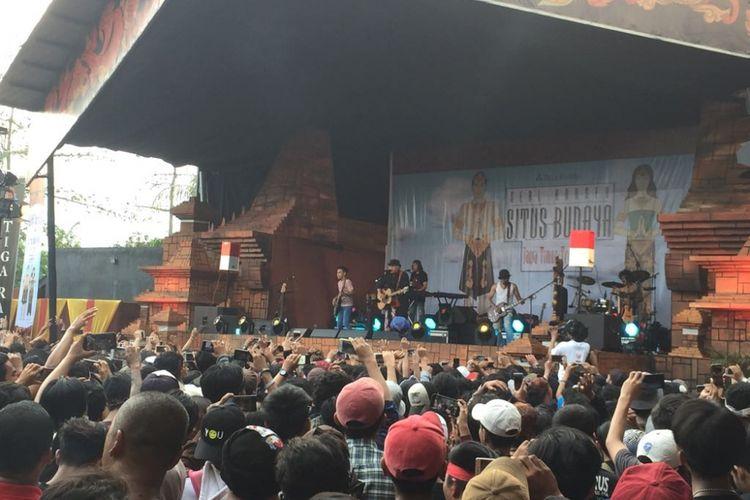 Penyanyi Iwan Fals menggelar Konser Situs Budaya: Jatim-Trowulan di PanggungKITA, Leuwinanggung, Jawa Barat, pada Sabtu (14/10/2017). Konser itu digelar untuk memberikan pembelajaran tentang sejarah Trowulan melalui sebuah konser musik.