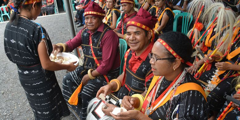 Seorang perempuan Langa, Kecamatan Bajawa, Kabupaten Ngada, Flores, NTT, Selasa (15/1/2019) sedang mengantar makanan tradisional Uwi kepada ribuan masyarakat yang ikut Ritual Reba.