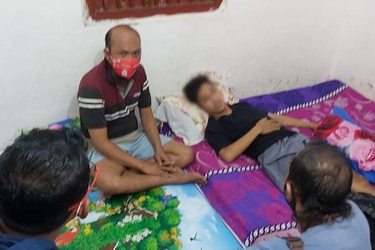 Alfan (19), terbaring di rumahnya setelah menjadi korban pembacokan yang diduga dilakukan gerombolan geng motor.