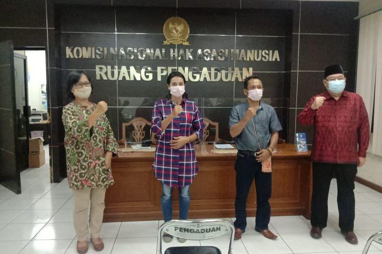 Ketua Komunitas Adat Laman Kinipan, Effendi Buhing bersama Koalisi Keadilan untuk Kinipan mendatangi kantor Komisi Nasional Hak Asasi Manusia (Komnas HAM), Jakarta, Jumat (4/9/2020) siang.